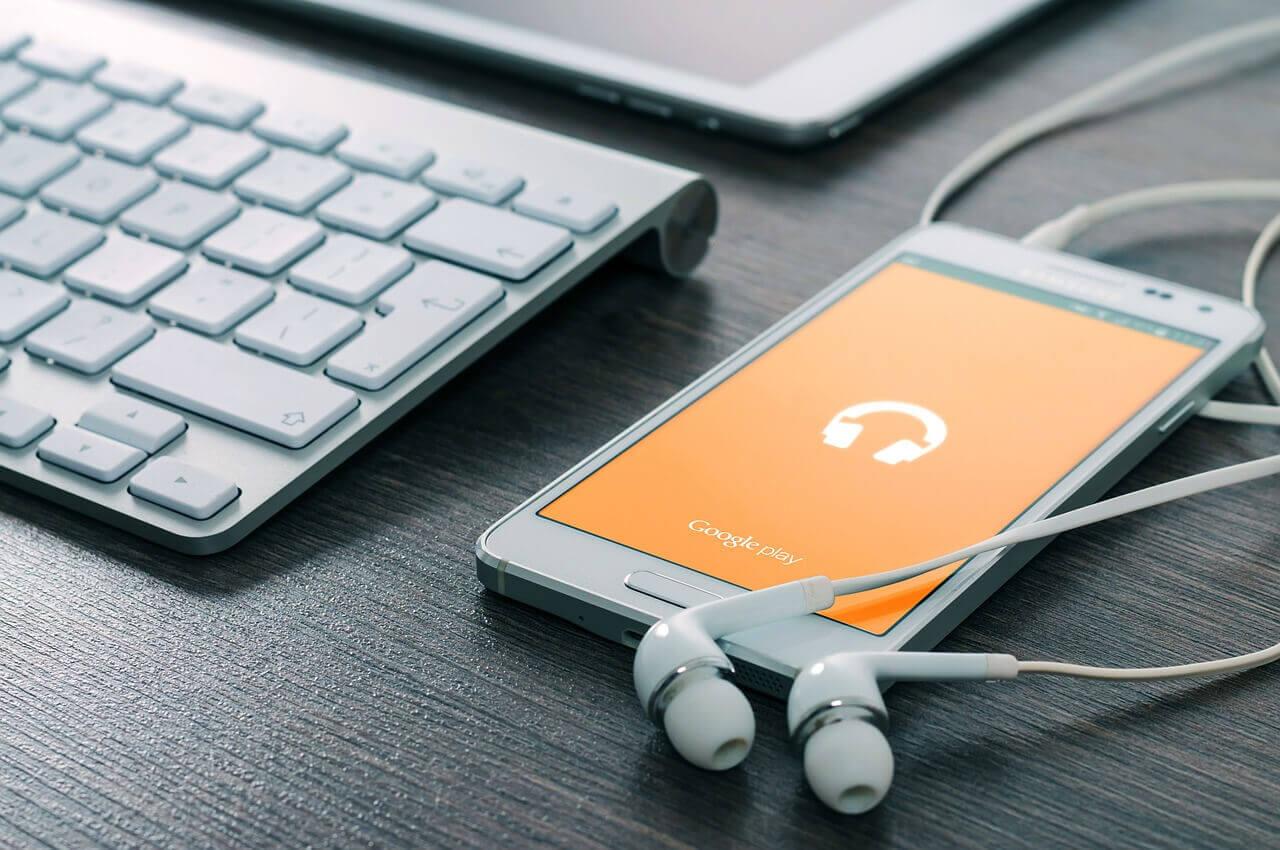 iphone reproduciendo música y auriculares conectados